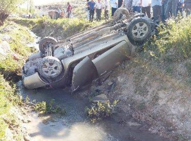 Taklalar atan araç hurdaya döndü: 5 yaralı
