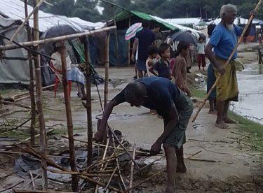 Rohingyalı Müslümanlar sel ile mücadele ediyor