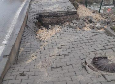 Su Borusu Patladı, Göçük Oluşan Yol Trafiğe Kapatıldı