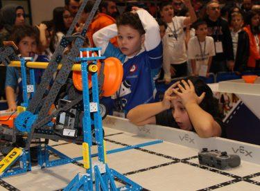 Minikler robotlarını yarıştırdı