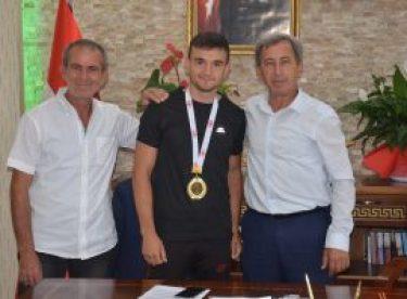 Eskişehirli milli sporcu Başkan Durgut'u ziyaret etti