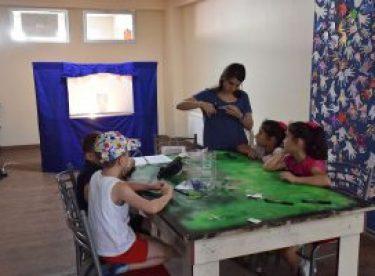 Çocuklar atık pet şişelerden Hacivat ve Karagöz yaptı