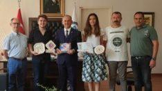 Ödülleri Rektör Yardımcısı Prof. Dr. Ali Arslantaş'a takdim ettiler