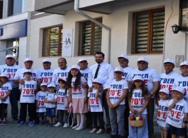 """""""7'den 70'e seninleyiz"""" yazılı tişörtleri giyerek Erdoğan'ı beklediler"""