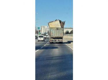 Aşırı yüklenmiş kamyon tehlike saçtı