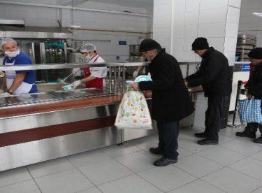 Odunpazarı Belediyesi Aşevi her gün bin 100 ihtiyaç sahibine vatandaşa yemek dağıtıyor