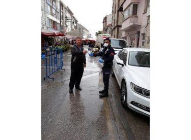 Mahalle pazarında vatandaşlara maskeleri dağıtıldı