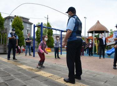 Çocuklar sokağa çıkma izinlerinde polis ve zabıta ekipleriyle futbol oynadılar, ip atladılar