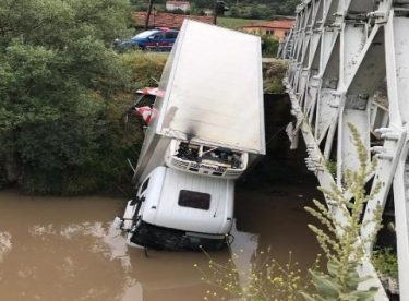 Dereye uçan kamyonun sürücüsü kazadan yara almadan kurtuldu