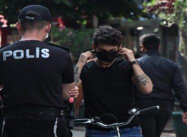 Polisi gören maskesine sarıldı