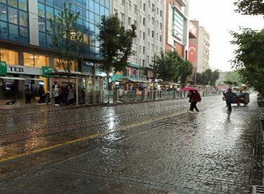 Yoğun yağış Eskişehir'i etkisi altına aldı