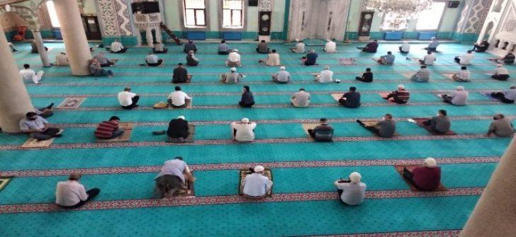 Reşadiye Camii içerisinde 107 gün sonra cuma namazı kılındı