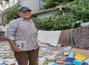 Yüzlerce kitabı sokakta böyle kuruttu