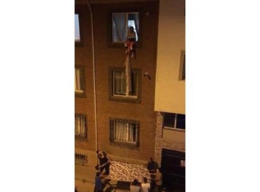 Evinden sarkıttığı çarşafla binadan inmeye çalıştı