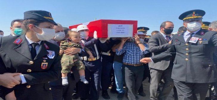 Küçük yarbay Sabri Mete şehit babasını asker amcalarıyla böyle uğurladı
