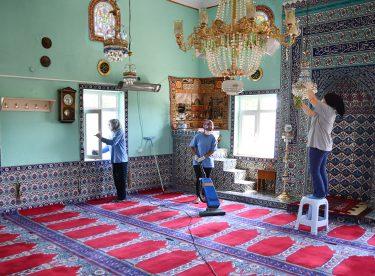 Camilerde bayram temizliği yapıldı