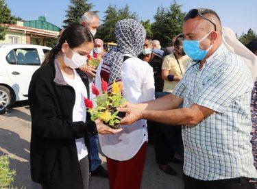 Ücretsiz çiçek dağıttılar